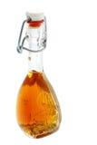 Botella de bebida alcohólica con la miel. Fotos de archivo libres de regalías