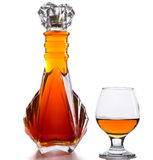 Botella de brandy y de un vidrio en una tabla Fotografía de archivo