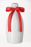 Botella de cerámica con el riband rojo Fotografía de archivo