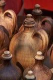 Botella de cerámica Foco de la imagen en la botella en el centro Fotos de archivo