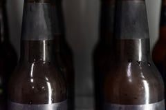 Botella de cerveza ascendente cercana sin logotipo en refrigerador fotos de archivo