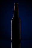 Botella de cerveza con descensos Fotografía de archivo libre de regalías