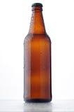 Botella de cerveza con gotas del agua Imágenes de archivo libres de regalías