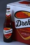 Botella de cerveza, cerveza dorada aislada, fondo blanco de Birra imagen de archivo