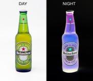 Botella de cerveza de cerveza dorada de Heineken, conceptual imágenes de archivo libres de regalías