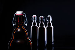 Botella de cerveza en negro Foto de archivo