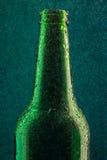 Botella de cerveza fría con descensos Imagenes de archivo