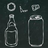 Botella de cerveza, poder, casquillo y llave Aislado en un fondo negro de la pizarra Mano realista del estilo de la historieta de stock de ilustración