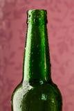 Botella de cerveza verde con descensos Imagen de archivo libre de regalías