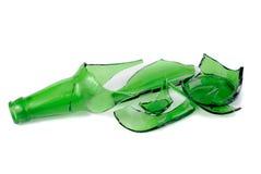 Botella de cerveza verde rota Imágenes de archivo libres de regalías