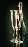 Botella de champán con dos vidrios llenos Fotografía de archivo