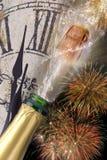 Botella de champán con el corcho que hace estallar en los Años Nuevos 2017 Imágenes de archivo libres de regalías