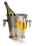 Botella de Champán con el hielo del cubo y los vidrios de champán, aislados en blanco Aún vida festiva Imágenes de archivo libres de regalías