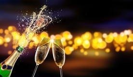 Botella de champán con el vidrio sobre fondo de la falta de definición Fotos de archivo libres de regalías