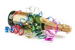 Botella de champán con los bobinadores de cintas en modo continuo imágenes de archivo libres de regalías