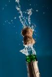 Botella de Champán de la apertura Fotografía de archivo libre de regalías