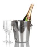 Botella de champán en compartimiento y cubiletes fotografía de archivo