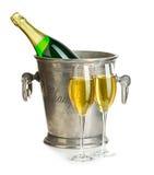 Botella de Champán en cubo de hielo con los vidrios del primer del champán aislados en un fondo blanco Aún vida festiva Imagen de archivo