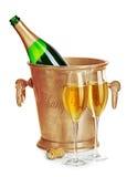 Botella de Champán en cubo de hielo de oro con los vidrios del primer del champán en un fondo blanco Aún vida festiva Fotografía de archivo libre de regalías