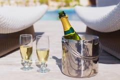 Botella de Champán en cubo y dos vidrios de champán Imágenes de archivo libres de regalías