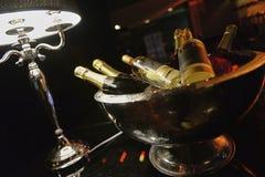 Botella de champán en el cubo de hielo Foto de archivo libre de regalías