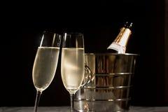 Botella de Champán en refrigerador y dos vidrios del champán Imágenes de archivo libres de regalías