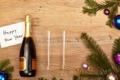 Botella de Champán, vidrios del champán y ramitas del abeto en la madera Imagen de archivo libre de regalías