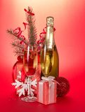 Botella de Champán, vidrios, regalos, rama del abeto Imagen de archivo