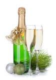 Botella de Champán, vidrios y decoración de la Navidad Foto de archivo
