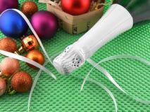 Botella de champán y de bolas de la Navidad en fondo verde Imagen de archivo libre de regalías