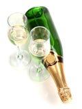 Botella de champán y de cubiletes imagenes de archivo