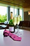 Botella de champán y de dos vidrios en la tabla Fotografía de archivo libre de regalías