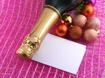 Botella de Champán y decoración de la Navidad. tarjeta del día de fiesta del Año Nuevo Fotografía de archivo libre de regalías