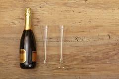 Botella de Champán y vidrios del champán en la madera Fotografía de archivo libre de regalías