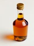 Botella de coñac con la reflexión Foto de archivo libre de regalías