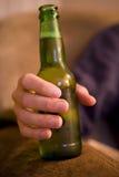 Botella de consumición del hombre de cerveza Fotos de archivo