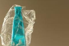 Botella de cristal azul en bolso de plástico transparente imagen de archivo
