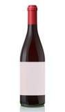 Botella de cristal con el vino rojo. Fotografía de archivo