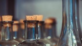 Botella de cristal con la tapa de madera fotos de archivo