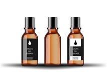 Botella de cristal cosmética con el extracto del argan del suero con diversas etiquetas aisladas en el fondo blanco Imagen de archivo libre de regalías