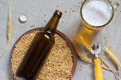 Botella de cristal de Brown Placa de cerámica con trigo Taza de cerveza y de wh Fotos de archivo