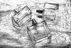 Botella de cristal de perfume femenino en el fondo de plata con los accesorios Imagenes de archivo