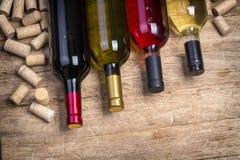 Botella de cristal de vino con los corchos imagenes de archivo