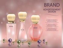 Botella de cristal del perfume atractivo y lápiz labial rojo en el fondo chispeante de los efectos Foto de archivo