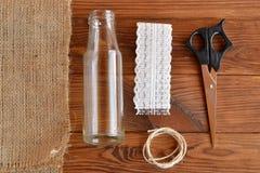 Botella de cristal, tijeras, arpillera, cordón, cordón Imágenes de archivo libres de regalías