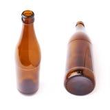 Botella de cristal vacía de cerveza aislada sobre el fondo blanco Foto de archivo libre de regalías