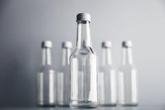 Botella de cristal vacía del cocoktail con el sistema blanco de la maqueta del casquillo Fotos de archivo