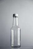 Botella de cristal vacía del cocoktail con el sistema blanco de la maqueta del casquillo Fotografía de archivo libre de regalías