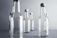 Botella de cristal vacía del cocoktail con el sistema blanco de la maqueta del casquillo Imagenes de archivo