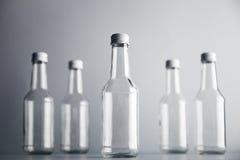 Botella de cristal vacía del cocoktail con el sistema blanco de la maqueta del casquillo Fotografía de archivo